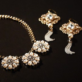 Pearly Chic: Women's Jewelry