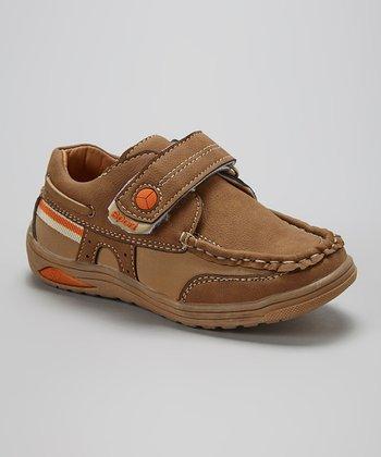 Leo & Sara Camel Adjustable Sneaker